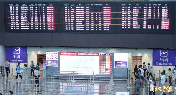 二期航站平時擠的車水馬龍的旅客出關大口,因為長榮航班有21個出境班機取消,顯得空曠無人。(記者姚介修攝)