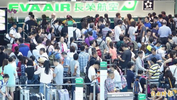 長榮航空因超過500和個空服員臨時無預警請颱風假,造成21個班機超過6千名出境旅客行程被迫取消或延誤,旅客擠滿櫃檯處理後續行程,航空公司和旅客都為這次颱風假挨了一記悶棍。(記者姚介修攝)