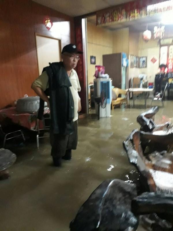 滿州鄉長余增春率隊救援受困居民。(記者蔡宗憲翻攝)