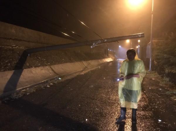 楓港村水深及膝,海邊電桿倒塌。(記者蔡宗憲翻攝)