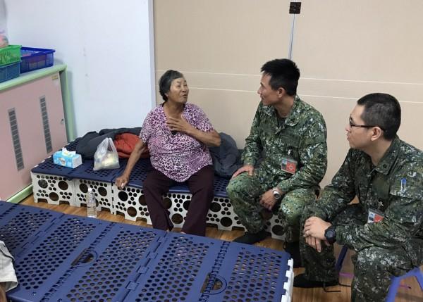 住在屏東縣佳冬鄉燄溫村的陳綿阿嬤,感謝國軍協助她撤離。(圖/第八軍團提供)