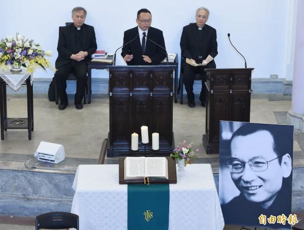 獨派團體日30在台北濟南教會舉辦諾貝爾和平獎得主劉曉波追思會,中國作家余杰(中)在會中講述劉曉波生平。(記者廖振輝攝)