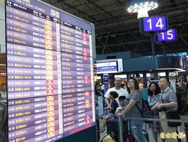 長榮航空因超過500和個空服員臨時無預警請颱風假,截至中午,有800多位旅客無法返台。(記者姚介修攝)