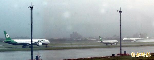 長榮航空再因颱風引發爭議。圖為長榮班機去年梅姬颱風期間排隊準備起飛。(資料照,記者姚介修攝)