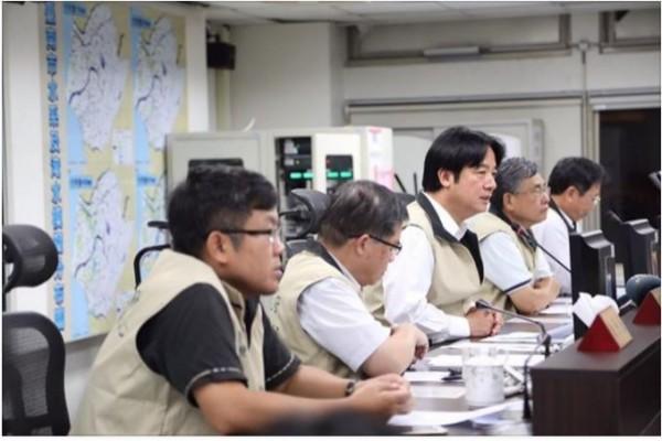 台南市長賴清德臉書發出明天上班上課訊息,不到20分鐘,就湧入超過2500則留言。(記者劉婉君翻攝)