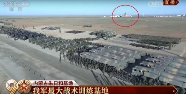 中國解放軍八一建軍90週年,今日在內蒙古朱日和基地由中國領導人習近平閱兵,後方有疑似台灣總統府的建築物。(圖擷自YouTube)