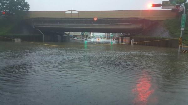 南市東區裕農路通往仁德區的中山高速公路涵洞下嚴重淹水,警方拉封鎖線管制交通。(記者王俊忠翻攝)