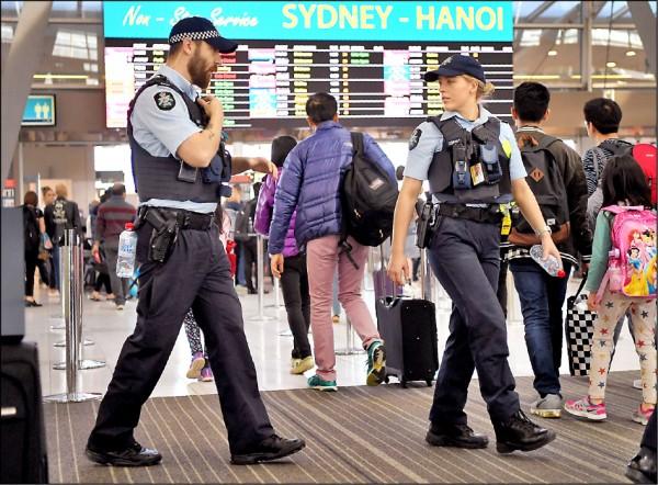 澳洲當局二十九日在雪梨逮捕四名嫌犯,遏阻一起企圖爆破一架飛機的「恐怖份子陰謀」。圖為警方三十日在雪梨機場巡邏。(法新社)