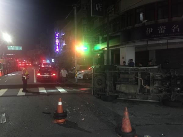 朱姓民間救難協會人員駕駛的廂型車被撞翻。(記者歐素美翻攝)