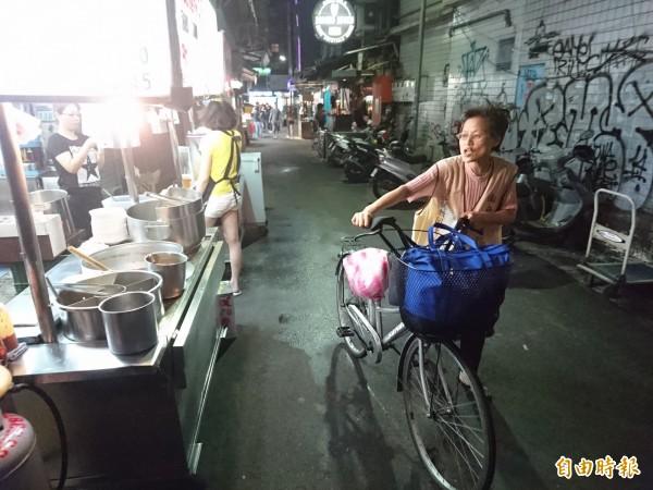 「阿彌陀佛姐」經常在大台北地區夜市傳唱。(記者王冠仁攝)