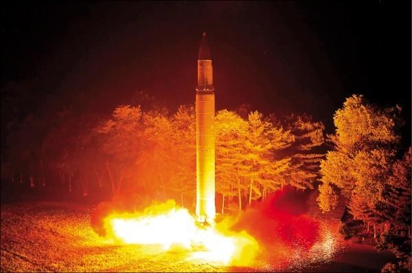 北韓官方媒體公布上月28日成功試射火星14型洲際彈道飛彈的畫面。這是北韓繼7月4日以來,不到1個月內2度成功試射同型飛彈,顯示北韓洲際彈道飛彈可靠度正在增加。(美聯社)
