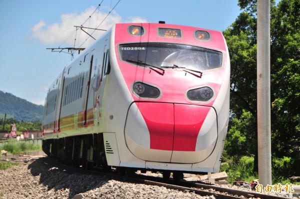 台鐵十年購車計畫將不會購買太魯閣號、普悠瑪號之類的傾斜式列車,原因是造價太高、運量太少。圖為普悠瑪號。(資料照,記者花孟璟攝)