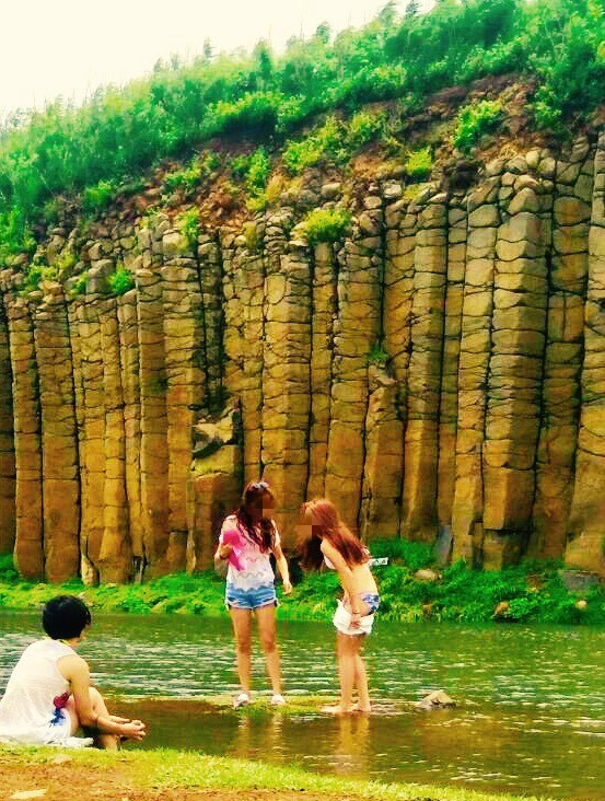 澎湖知名景點「大菓葉玄武岩柱」前積水池,遊客大剌剌當游泳池。(藍怡雯提供)