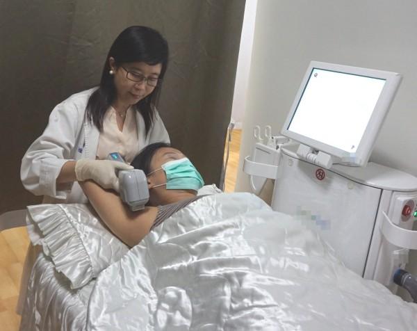 新竹馬偕紀念醫院皮膚科謝雅如醫師示範微波熱能抑汗處置情形。(醫院提供)