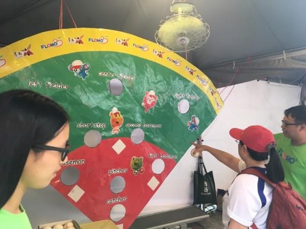 台南棒球場外特製迷你棒球場,吸引民眾目光且與工作人員進行遊戲互動。(記者邱灝唐翻攝)
