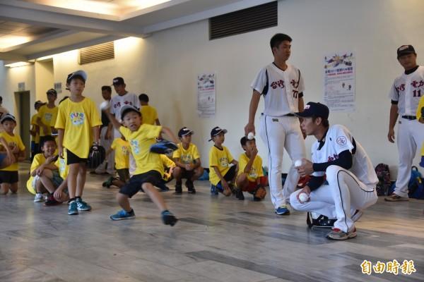 「台電棒球FUN電營」教你打棒球,學童在教練指導下投球。(記者葉永騫攝)