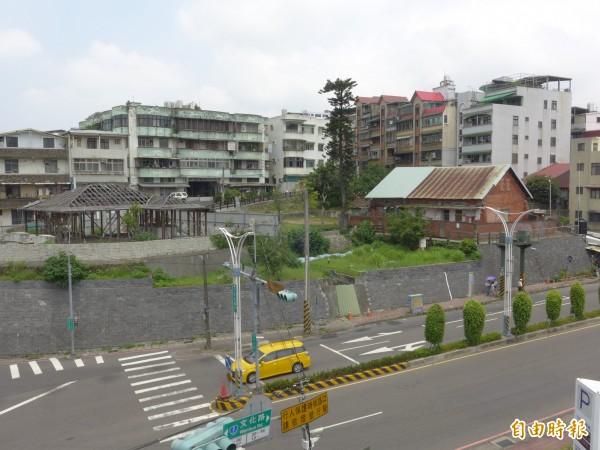 滬尾小學校禮堂位在駁坎上,處於相對高處,有極佳視野。(記者李雅雯攝)