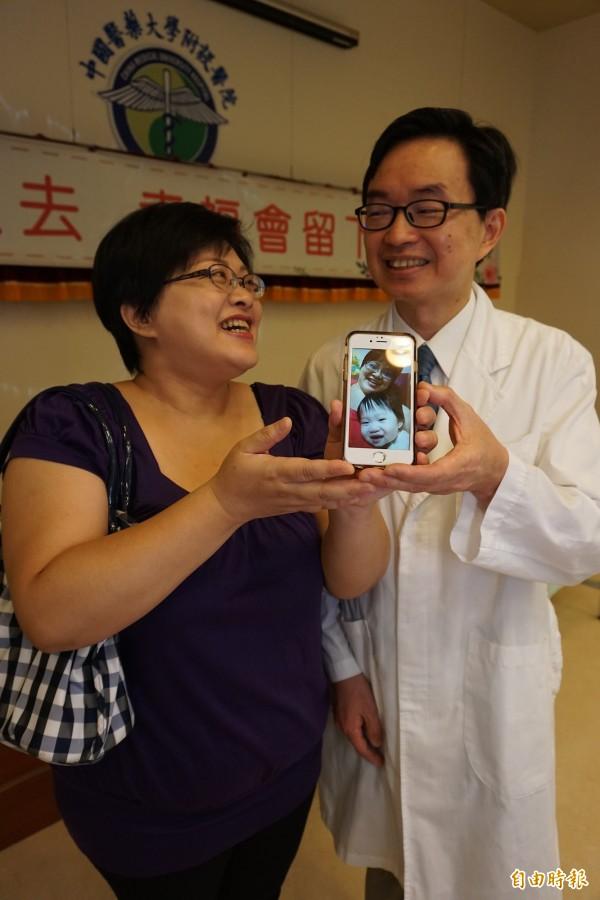 林婦歷經癌夫凍精、取卵做試管嬰兒到產程羊水栓塞,在醫師何彥秉的治療下成功產下可愛女兒。(記者蔡淑媛攝)