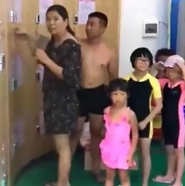 一對中國父母行徑誇張,竟在到泳池遊玩時將小孩鎖在寄物櫃內。(圖擷取自鏡報)