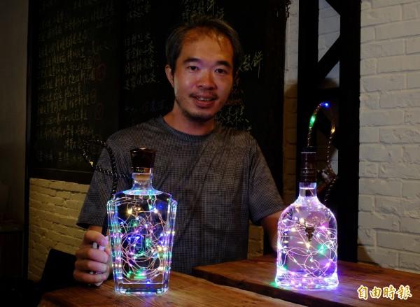 不想只是做黑手,葉俊宏回收酒瓶後,巧手DIY成浪漫的氣氛燈。(記者歐素美攝)