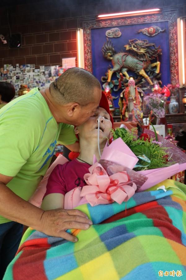 守護病褟妻子無怨尤!新竹市民劉錫釗與妻子結婚40週年,妻子因早發性失智伴隨中風成植物人,但他對妻子的照顧從不放棄。(記者洪美秀攝)