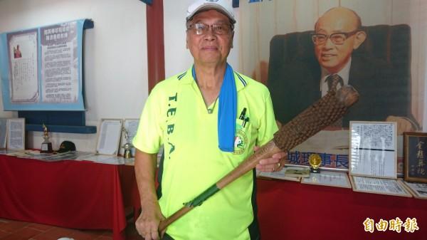 葉國輝50年前以腳踏車鏈條自製加重球棒。(記者劉婉君攝)