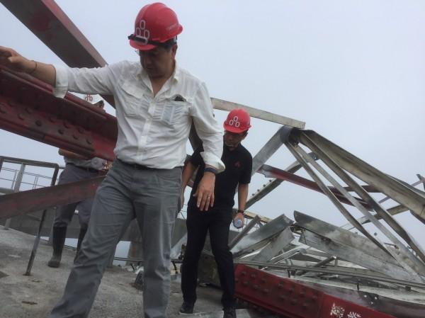 台泥轉投資的和平電廠輸電線第72號電塔倒塌,台泥董事長張安平(左)今日率隊赴現場勘察搶修進度,若天候配合,有望在兩週內恢復部份輸電功能。(圖由台泥提供)