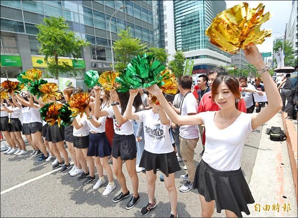 「我愛世大運、我愛內科千人快閃活動」昨日在台北市內科園區舉行,主辦單位號召千人響應。(記者方賓照攝)