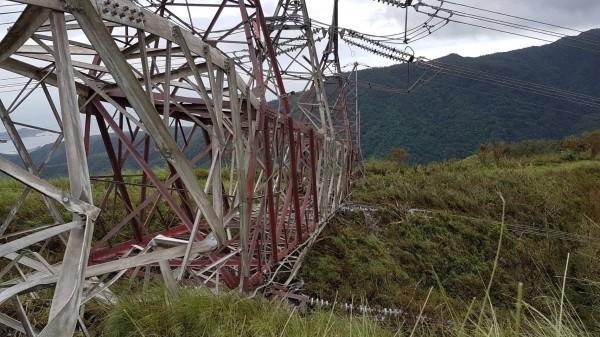 台泥和平火力電廠的編號72號超高壓電塔,日前遭尼莎颱風的16級強風吹垮。(記者花孟璟翻攝)