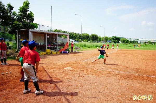 追分國小棒球隊在烏日區文中二預定地練習。(記者何宗翰攝)