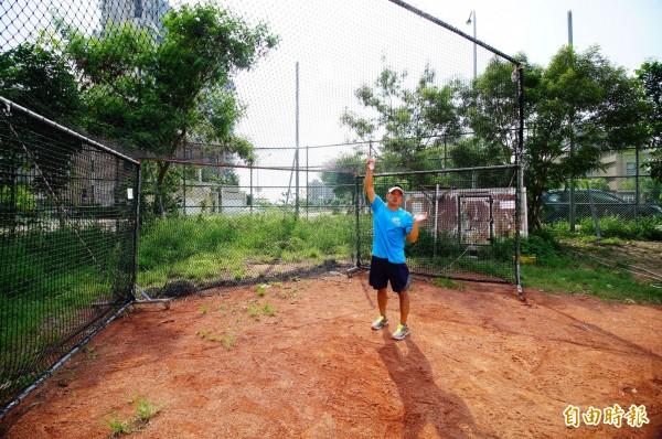 教練吳繼祖從學校搬來打擊練習網,放在本壘後方攔擦棒球。(記者何宗翰攝)