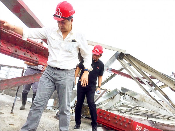 台泥轉投資的和平電廠輸電線電塔倒塌,台泥董事長張安平(左)昨赴現場勘查搶修進度。 (台泥提供)