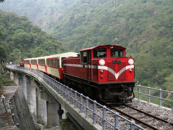 阿里山森鐵9月推郵輪式列車行程,深度探訪沿線8座車站。(圖:台鐵局提供)