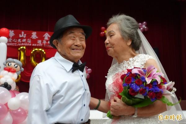 83歲的張阿嬤與87歲的張阿公,結縭60多年卻未曾舉辦婚禮,華山基金會今替阿公、阿嬤圓夢,兩人滿臉幸福洋溢。(記者葉冠妤攝)