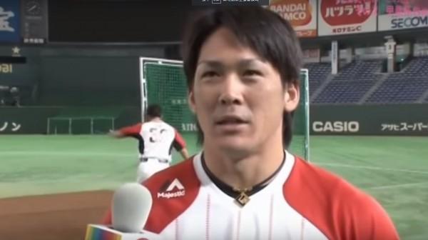 日本福岡軟銀鷹外野手福田秀平看內田真禮看到忘我,直接撞到防護網的柱子。(圖擷自YouTube)