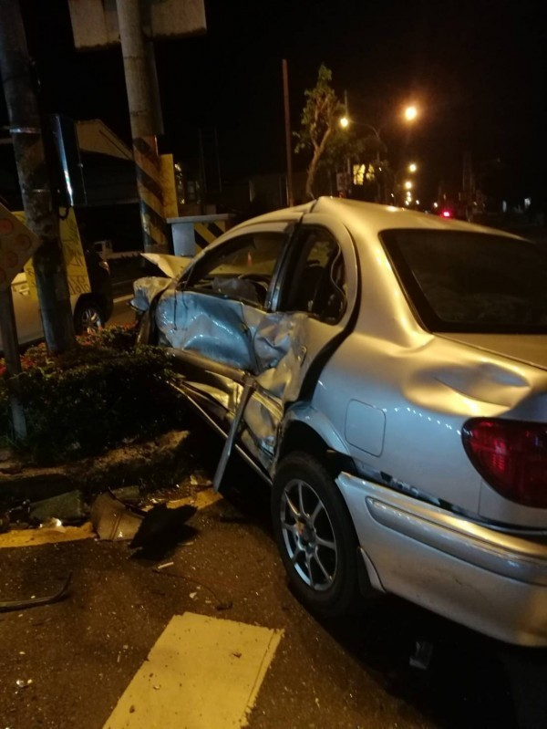 屏東萬丹鄉1名36歲楊姓女駕駛先肇逃再撞上另外2輛轎車,釀成3死7傷悲劇。(讀者方天仕提供)