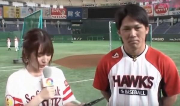 當時內田真禮正在訪問軟銀鷹捕手甲斐拓也。(圖擷自YouTube)