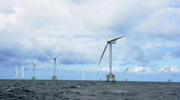 英國北海風場海上高聳一根根巨大風機。(圖彰化縣政府提供)