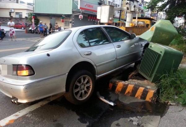 一輛自小客車昨天清晨失控撞壞路邊兩具變壓器,害附近數百戶民眾停電近3小時。(記者陳建志翻攝)