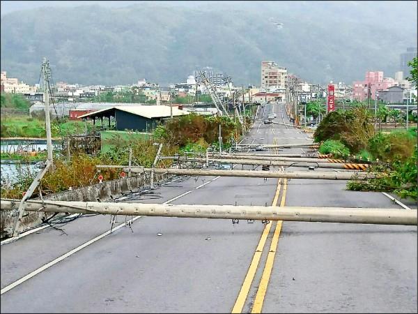 尼莎颱風風力強大,吹倒宜蘭頭城濱海公路13根電線桿,台電將推動電纜地下化,並持續強化提升電桿的抗風及拉扯強度。(資料照,台電提供)