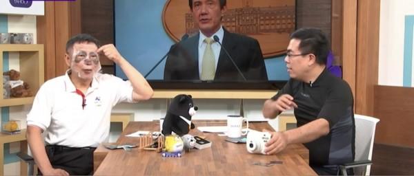 柯文哲專訪時貼上貓熊造型面膜。 柯又說,「我們每棒都打在要害,所以我才被說不厚道啊!但不能說我要打你(林),還拿羽毛。」(圖:擷自Yahoo TV)