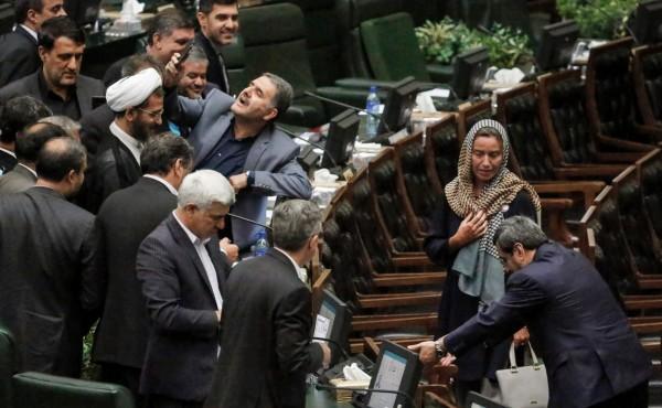 伊朗各大報群起抨擊國會議員爭相與歐盟外交和安全政策高級代表茉格里尼自拍,批評這種行為是在「丟自己的臉」。右方戴頭巾者為費德麗卡·茉格里尼。(法新社)