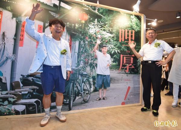 行政院科技部日前發起週五「短褲日」,但台北市長柯文哲今日受訪說,「短褲要穿隨時都可以穿」。圖為全新中山地下書街「誠品R79」試營運23天後,在7日正式開幕,台北市長柯文哲(右)參加開幕剪綵儀式。(記者劉信德攝)