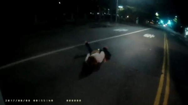 李女突然轉身朝對向車道駛來的汽車,肉身撲車倒地,嚇壞所有人,所幸僅輕微擦傷。(記者黃良傑翻攝)