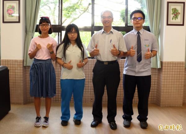 圖由左至右為廖曼君、張懿慈、大華中學校長顏慕德、吳昱賢。(記者李容萍攝)