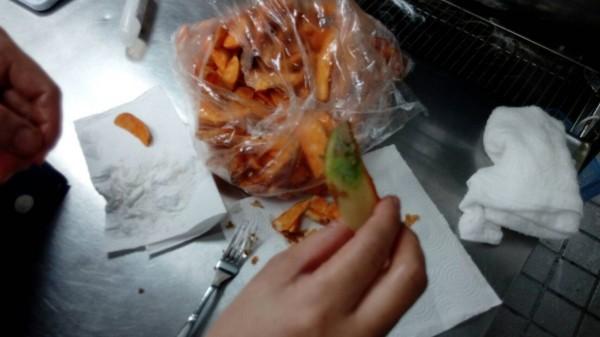 南市衛生局人員稽查出變綠的馬鈴薯條。(記者邱灝唐翻攝)