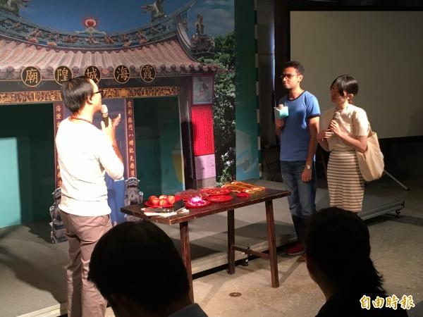 教育部今天舉辦記者會,宣布推動「遊台灣學華語」計畫,淡大老師帶著外國學生示範如何邊學邊玩,了解我國民間的傳統信仰。(記者林曉雲攝)