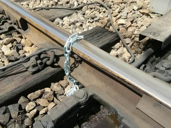 今有人用鐵鍊綁軌道,所幸道班人員即時發現,未造成事故。(記者鄭瑋奇翻攝自台灣便當管理局-附屬鐵路部臉書粉絲團)