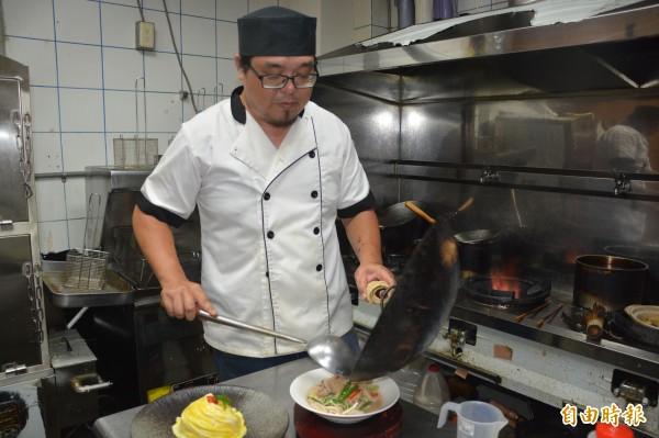 自稱「有機芭」的鍾維銓,雖戴上廚師帽當起「阿宏師」,但因愛蕉成痴,仍留下8分地種蕉。(記者王峻祺攝)