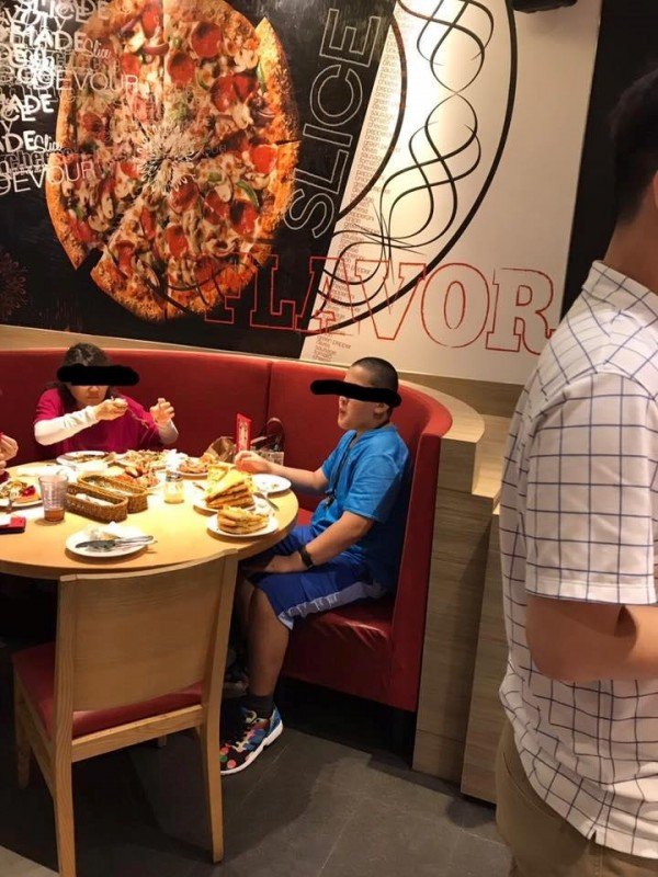 小朋友只吃披薩的餡料,餅皮則是堆疊在餐盤上。(圖擷自臉書社團「爆料公社」)